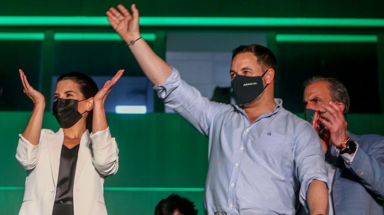 Pablo Iglesias: «Dejo todos mis cargos, dejo la política».El líder del PP, Pablo Casado, alza el brazo de la candidata popular, Isabel Díaz Ayuso, tras confirmarse su victoria arrolladora en las elecciones de Madrid
