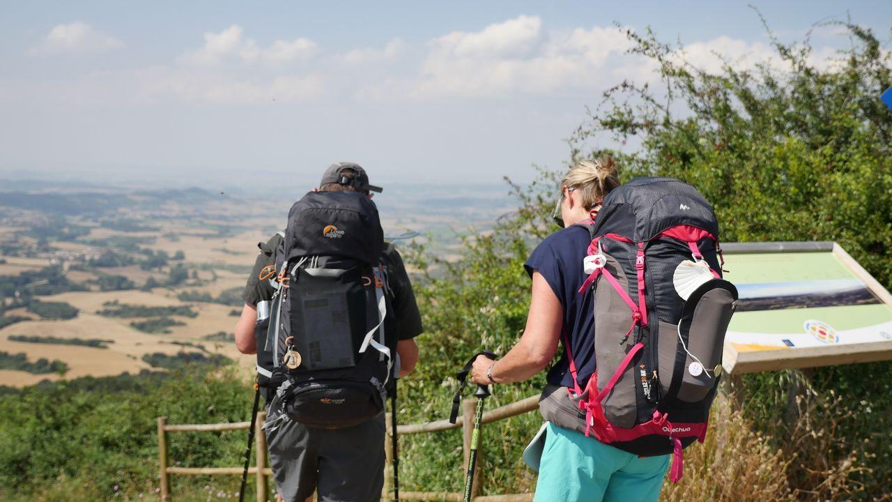 Peregrinos disfrutando de las vistas desde el Alto del Perdón, situado a 1.039 metros de altura