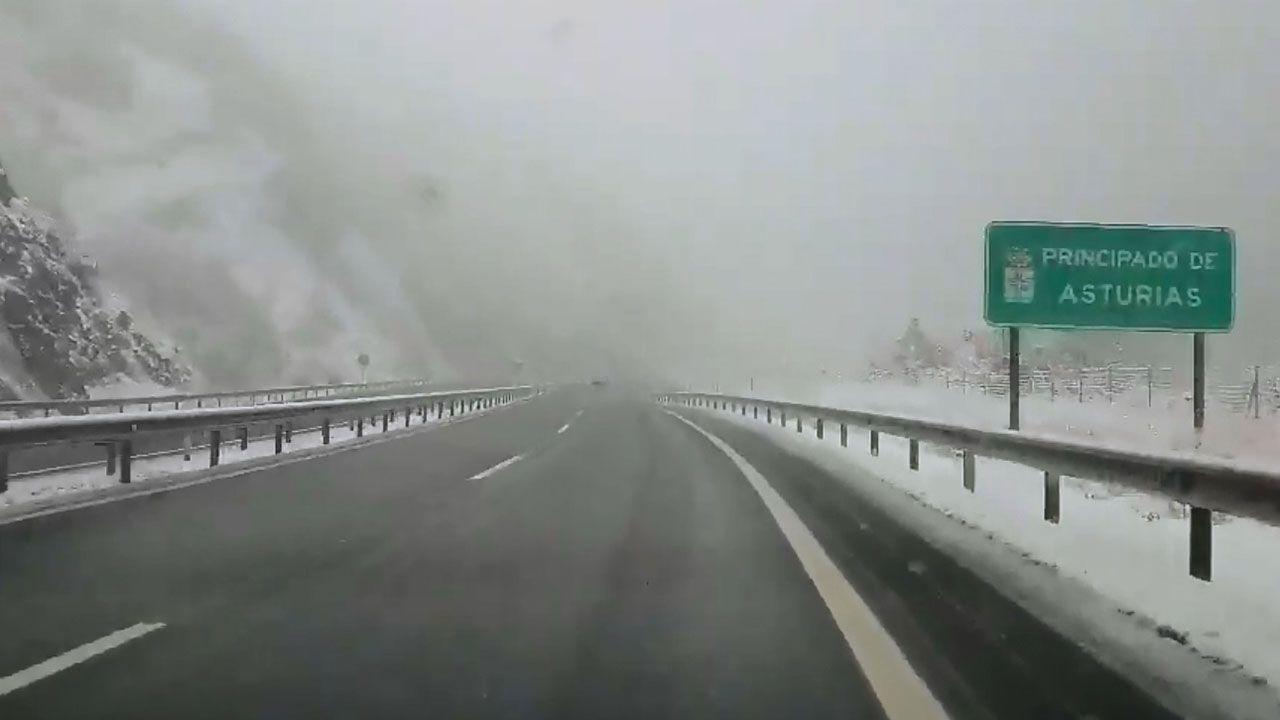 Temporal en Ourense.Nieve en la autopista del Huerna