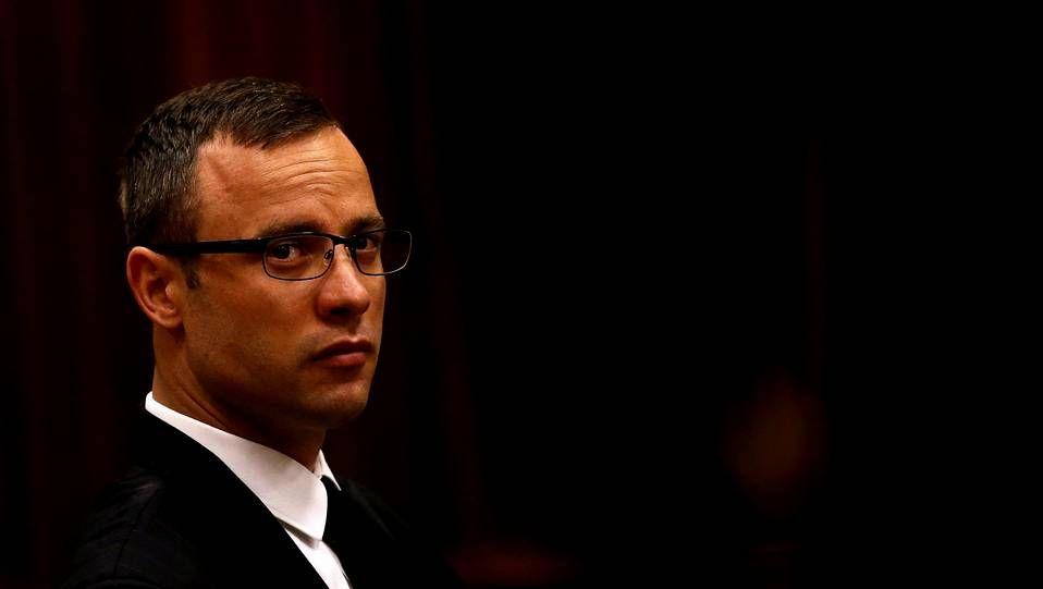 El atleta paralímpico Oscar Pistorius permanece en el banquillo de los acusados antes del comienzo de su juicio en Pretoria (Sudáfrica) en la jornada de este martes