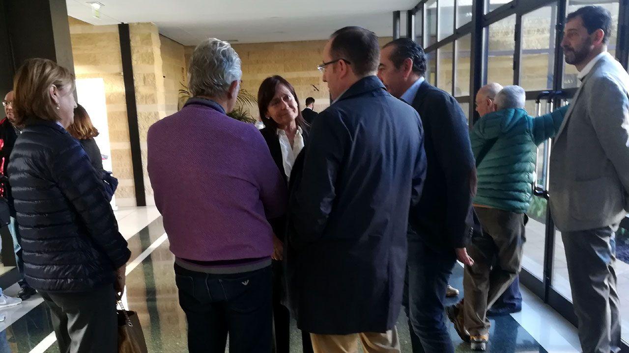 La política y la sociedad asturiana se vuelcan en el adiós a Álvarez Areces.El nuevo presidente del Principado, Adrián Barbón (c), a su llegada a la fotografía de familia con los miembros de su gabinete este jueves en el Parlamento regional, tras la toma de posesión de sus integrantes y la primera reunión del equipo
