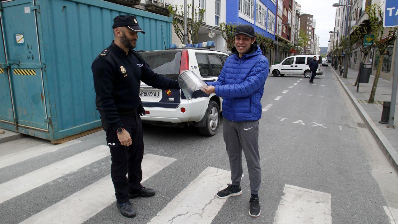 Maykell Dos Santos entrega a la Policía Nacional viseras fabricadas con su impresora