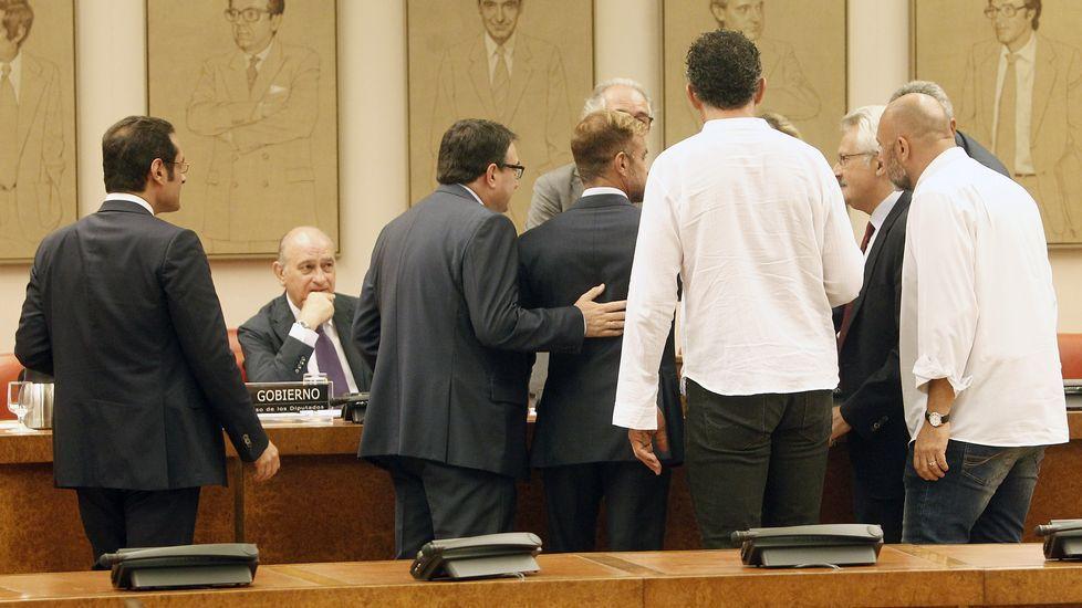 Un diputado de Amaiur rompe unas páginas de la Constitución en el Congreso.Obras como la del centro de salud de O Couto se amparan en la discutida ordenación provisional.