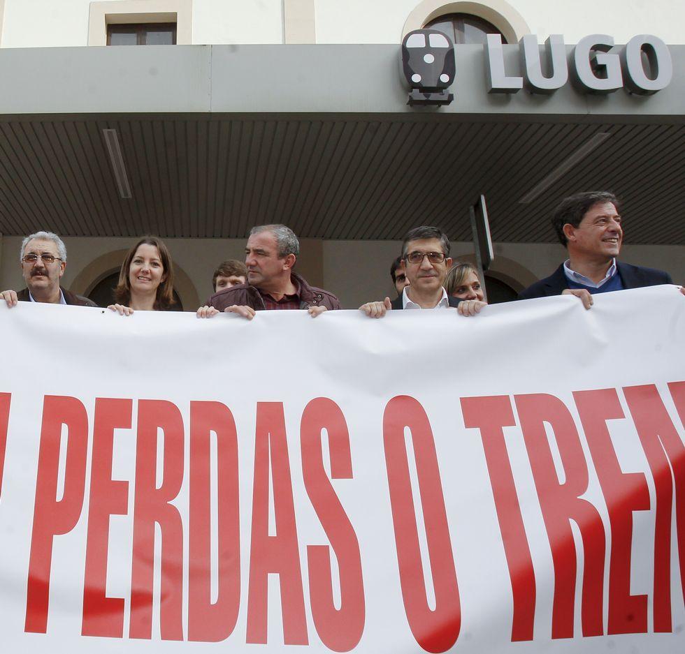 El nuevo presidente del Congreso, Patxi López, apoyó la causa del tren de Lugo hace dos meses en la estación lucense.