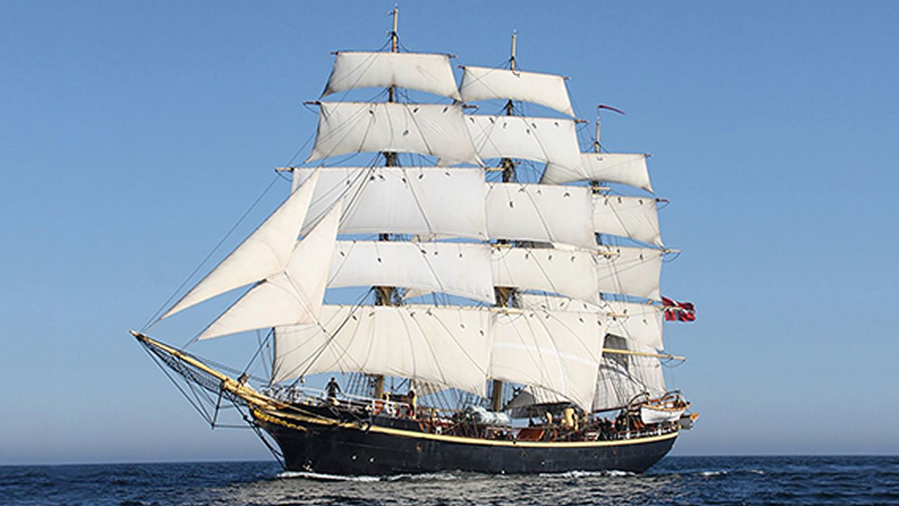 Las imágenes de la despedida a la fragata Méndez Núñez en el Arsenal de Ferrol.Salida de la Cristóbal Colón desde Glasgow