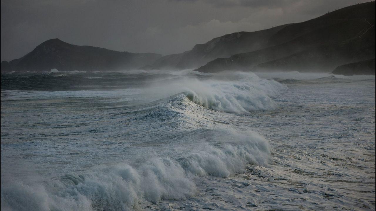 Paisajes otoñales en las montañas de O Courel y Quiroga.Oleaje en la playa de Ponzos durante uno de los temporales que azotó el litoral el año pasado
