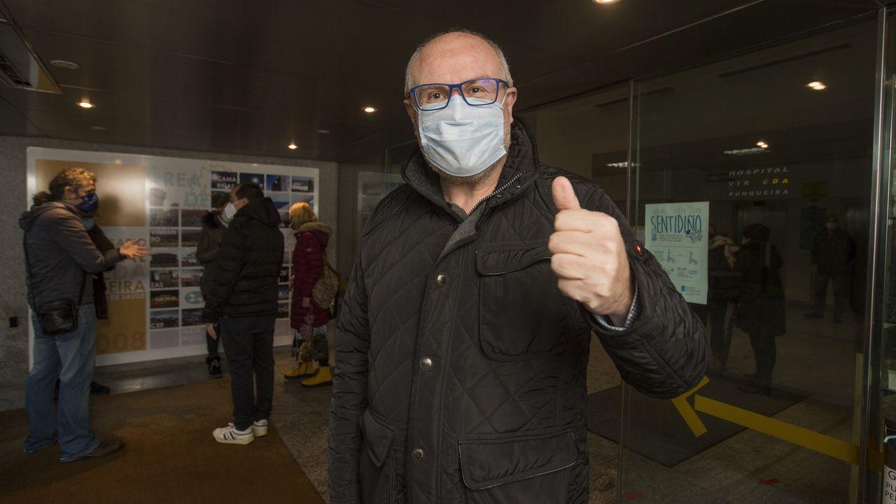 Manuel Antelo, uno de los profesores citados ayer para vacunarse en el hospital Virxe da Xunqueira
