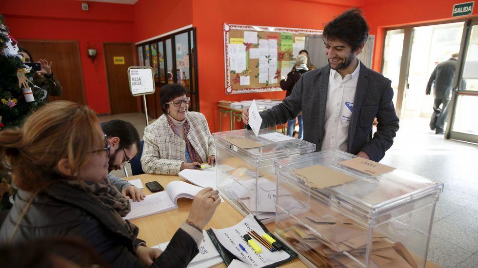 El alcalde de Ferrol, Jorge Suárez, apoderado de En Marea en el colegio Juan de Lángara, votó a las 12.30 horas