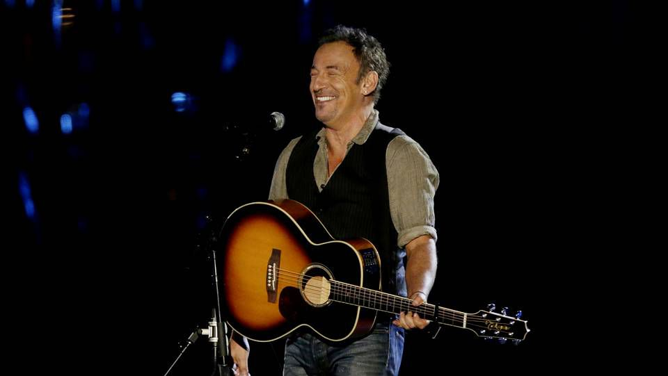 Bruce  Springsteen llenó el escenario con «The Promised Land», «Born in the USA» y «Dancing in the Dark», ésta última en versión acústica.