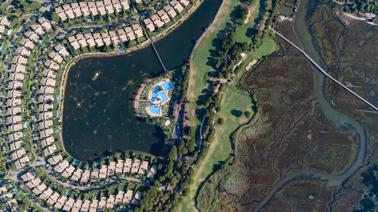 Una urbanización, con su laguna, junto a una marisma, en Huelva