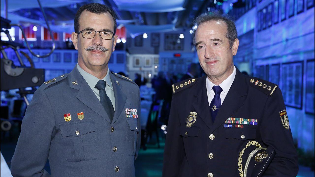 Francisco Vallejo Torres, responsable de Vodafone.El general Rodríguez y el comisario José Luis Balseiro