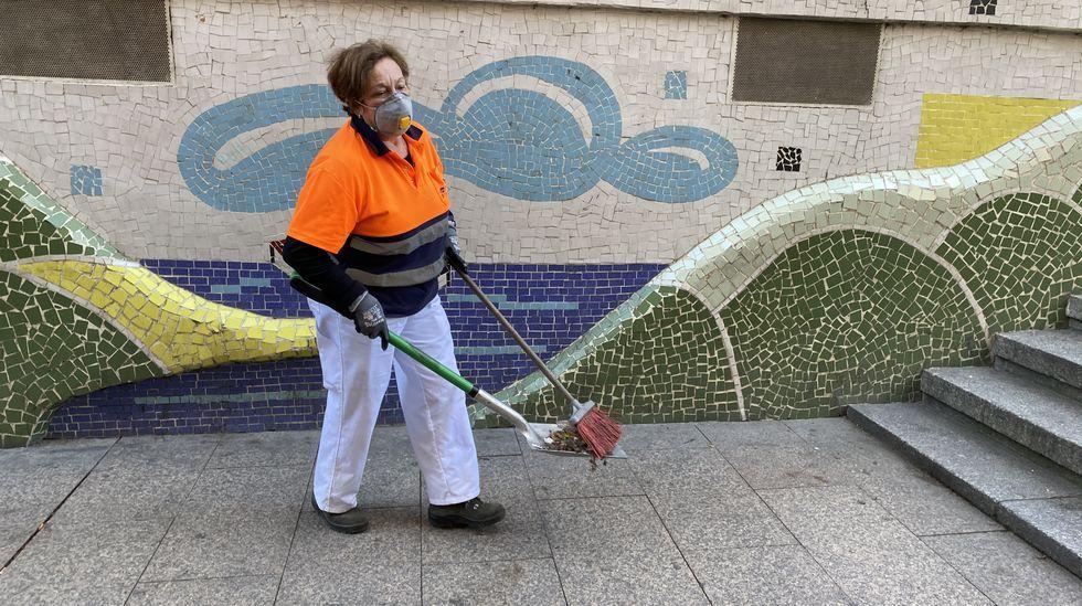 María Esther Guerra, operaria de limpieza viaria en O Barco, trabaja con mascarilla