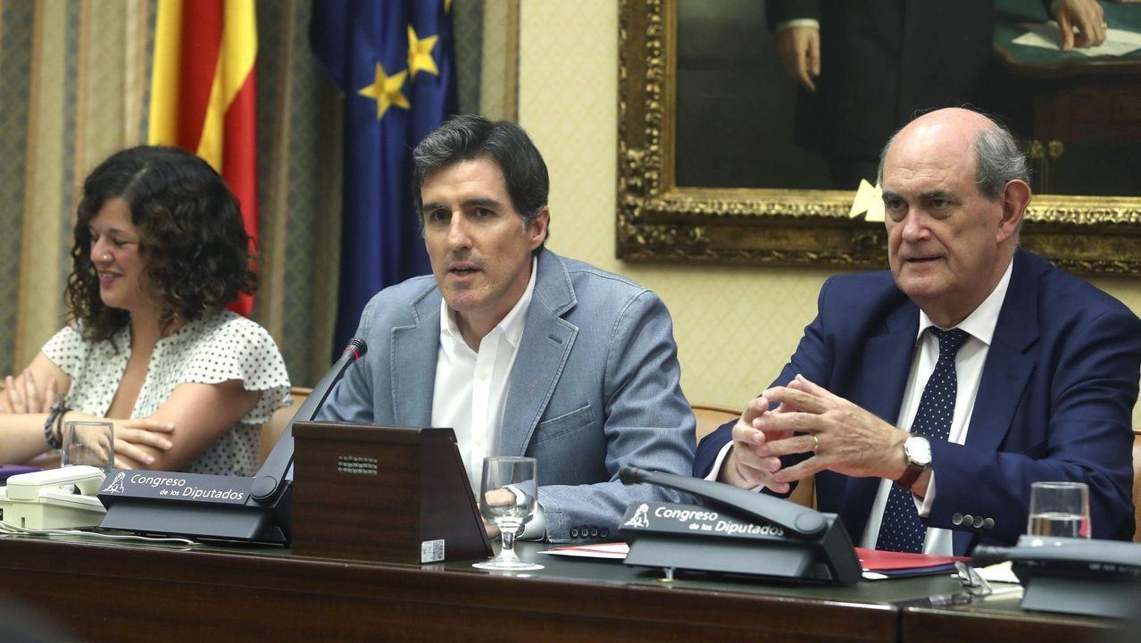 Pablo Arangüena del PSOE, en el centro, es el presidente de la comisión de Cultura y Deporte