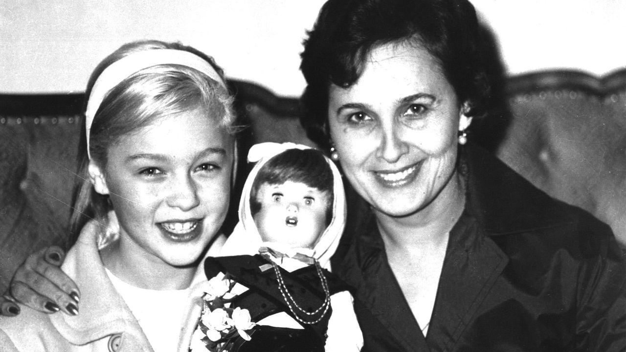Marisol durante su visita a A Coruña en 1960 acompañada por su madre y con una muñeca con el traje tradicional gallego