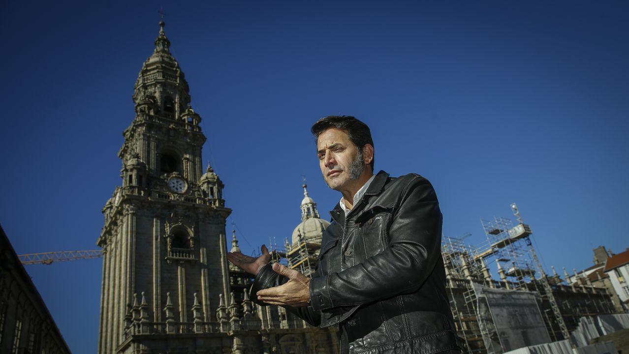 Más de diez millones de euros en Vigo con el 38341.Antonio Garrido revive sus campanadas del 2010 mientras señala el reloj de la Berenguela. «Solo tiene una aguja por lo que no sabes cuándo va a dar las doce», recuerda. «Se me cayó una uva pero no se vio porque no estaba en plano», apunta divertido