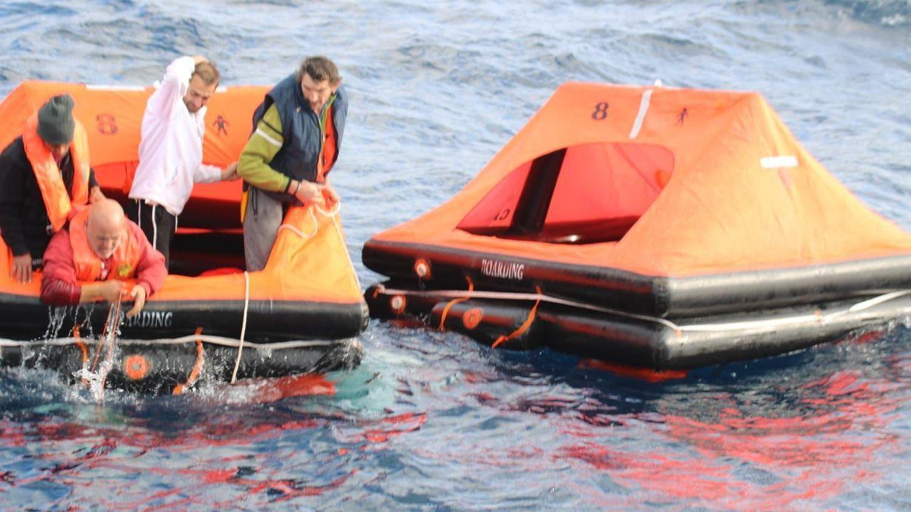 Así fue el rescate de los cuatro tripulantes del pesquero de Ribeira
