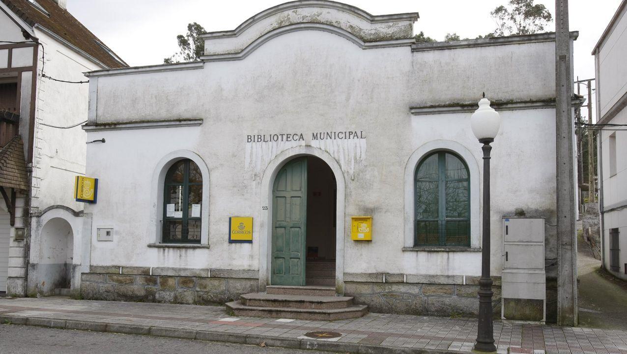 Los medios de extinción trabajan en Vilariño de Conso.El presidente de la Diputación, José Manuel Baltar, y Carmen Pardo, la consultora encargada de redactar el proyecto