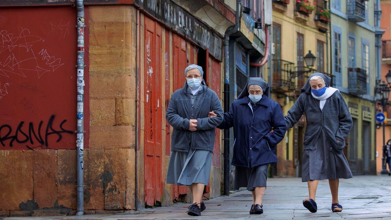 Unas religiosas vuelven a su convento tras acudir a misa a una iglesia cercana en Oviedo