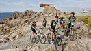 Niños de un club ciclista en un tramo del sendero azul de Arteixo. Imagen de archivo