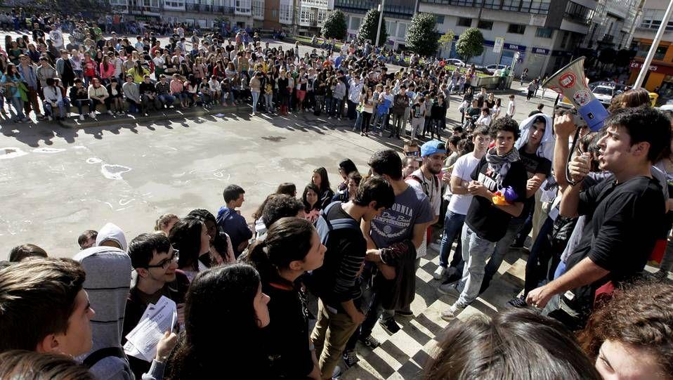 Los estudiantes han protagonizado una sentada ante la sede del PP