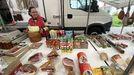 Una vendedora, en el mercado de Vimianzo. Los productos suizos están en el centro.