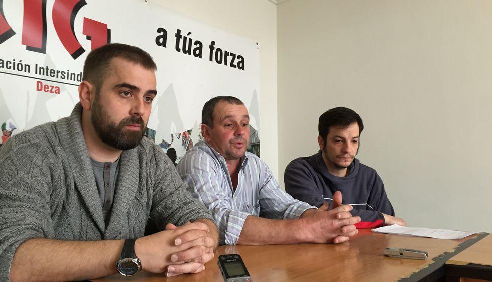 Antón Álvarez, de la CIG, con dos trabajadores que ganaron el litigio, Antonio González y José Manuel Diéguez.