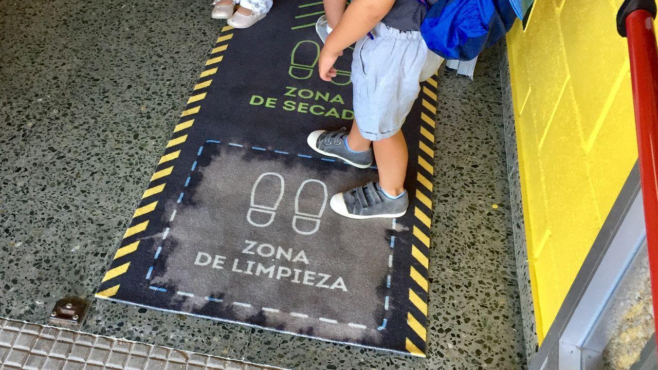 El bullicio regresa a los colegios en Ferrolterra.Los padres de los alumnos de 2.º y 3.º de Primaria del CEIP San Isidro se sentaron ayer en los pupitres que les corresponden a sus hijos para evidenciar que no se cumplen las distancias