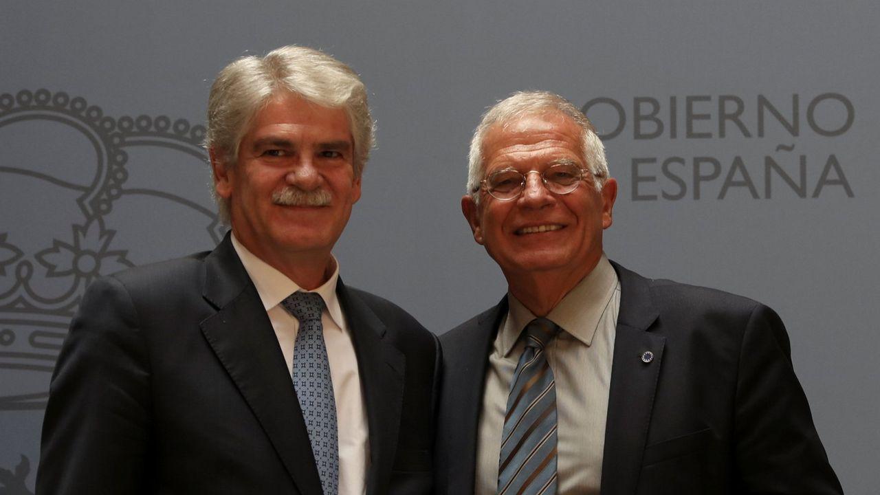 Dastis entregando la cartera de Exteriores a Borrell