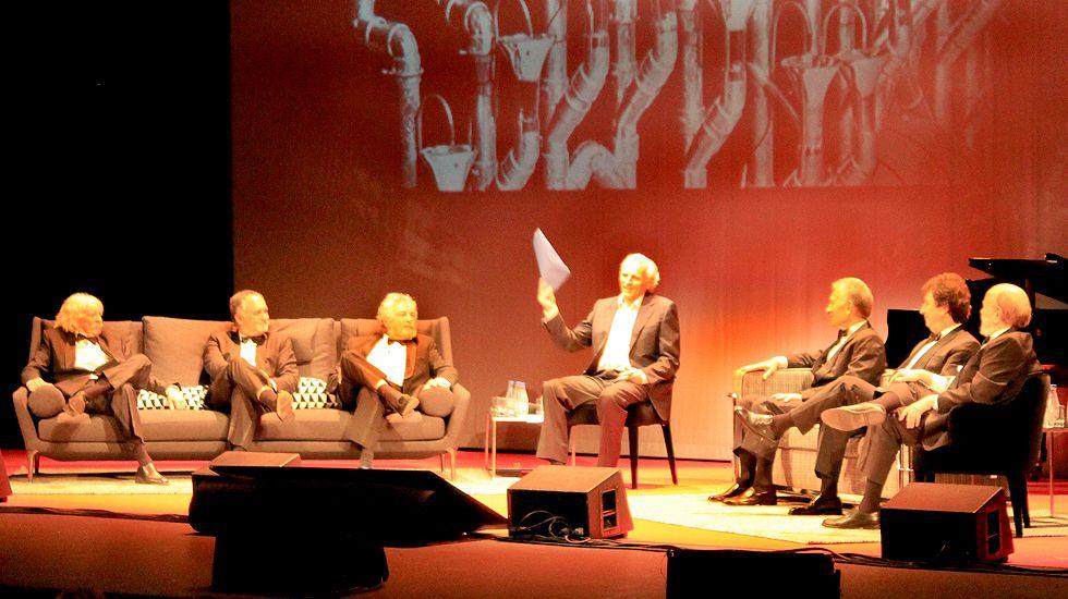 Les Luthiers, con Álex Grijelmo en el centro, sobre el escenario del Jovellanos