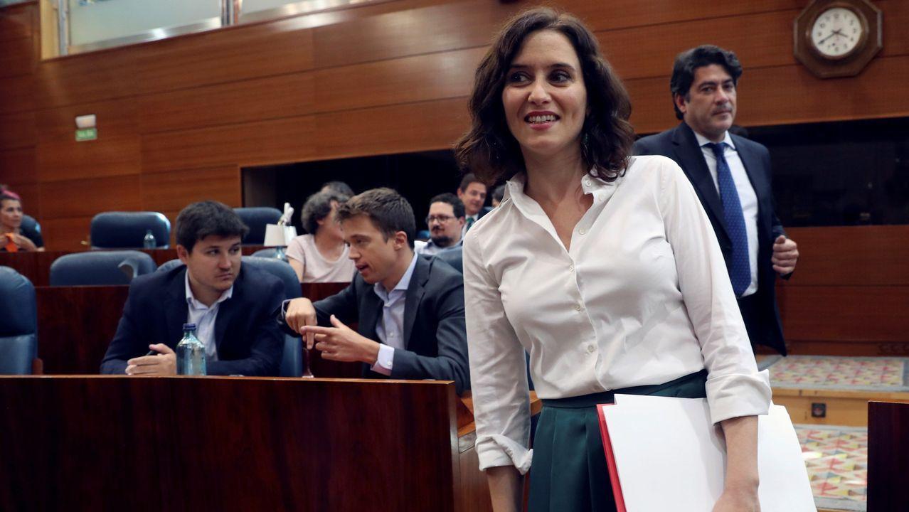 Isabel Díaz Ayuso, este miércoles, a su llegada a la Asamblea de Madrid, pasa junto al líder de Más Madrid, Íñigo Errejón