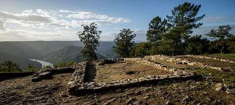 El castro de Arxeriz, situado a una altura de 508 metros, domina un amplio panorama del valle del Miño.