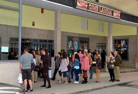 <span lang= es-es >El único cine desde Viveiro a Avilés</span>. Los aficionados al cine de una amplia zona de Asturias tienen como referente las salas de Cinelandia en Ribadeo, a las que acuden semanalmente.