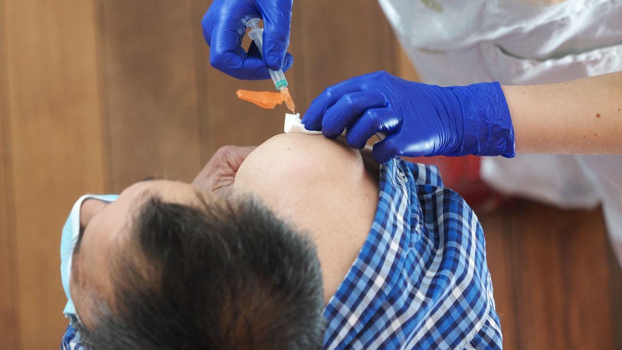 Un trabajador sanitario suministra la vacuna contra el covid-19 a un hombre en el Centro Cultural Miguel Delibes, en Valladolid