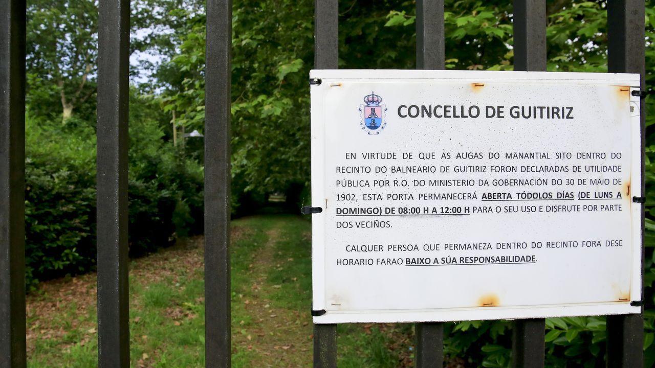 Un cartel indica que se puede ir a a la fuente mineromedicinal de ocho de la mañana a doce del mediodía