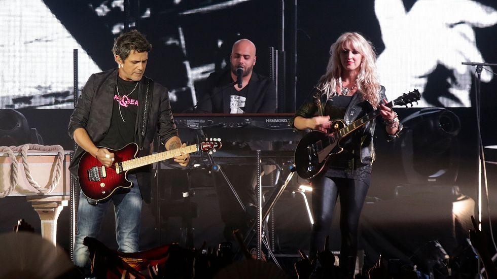 Bono con Silvia Rábade de Escuchando Elefantes interpretando «Every Breaking Wave».Mando Diao