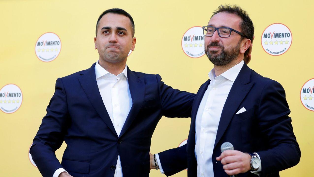 La oposición plantea una moción de censura al ministro de Justicia, Alfonso Bonafede ( a la derecha del líder de M5E, Di Maio)