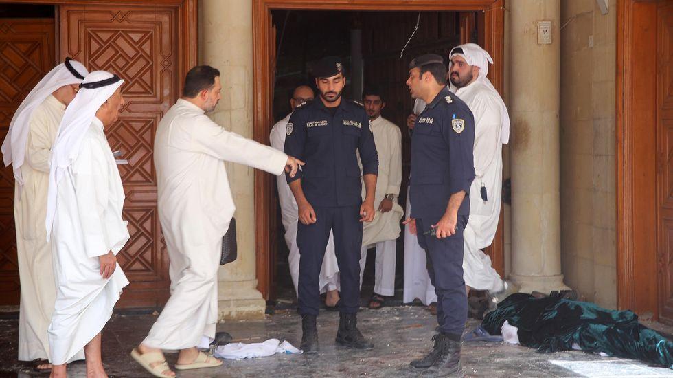 Las fuerzas de seguridad kuwaitíes inspecciones el lugar del atentado