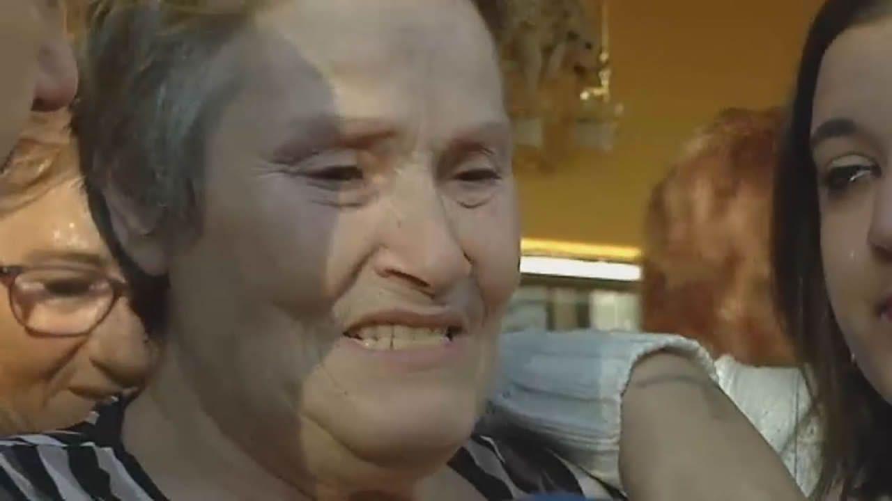 Un centenar de personas evita el desahucio de una mujer de 72 años en Gijón.Mari Carmen, a la derecha, la viuda de un minero que desde hace 50 años habita una vivienda del poblado de La Camocha, tras se ser paralizado su desahucio.