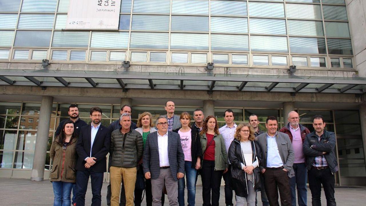 Los alcaldes de los concejos de las cuencas posan en el campus de Barredo, en Mieres.