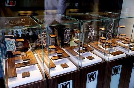 Jennifer Lawrence.Expositores vacíos en el escaparate de la joyería Kronometry de Cannes tras el robo de ayer.