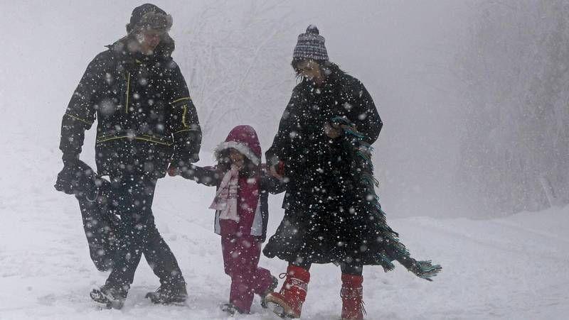 O Cebreiro amanece nevado.La nieve todavía está en los arcenes y los campos, pero no en las carreteras, como se aprecia en el retrovisor