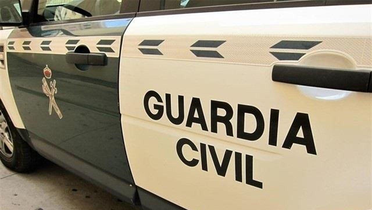 Los olivareros de Andújar protestan cortando la A-4.Vehículo de la Policía Local de Gijón