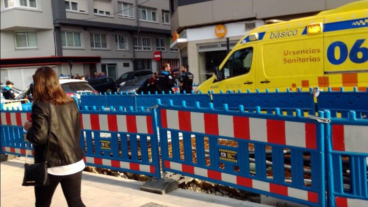 Así fue el recibimiento de los 30 policías de la UIP en A Coruña.COCHES MAL APARCADOS Y EN DOBLE FILA ZONA NUEVOS JUZGADOS