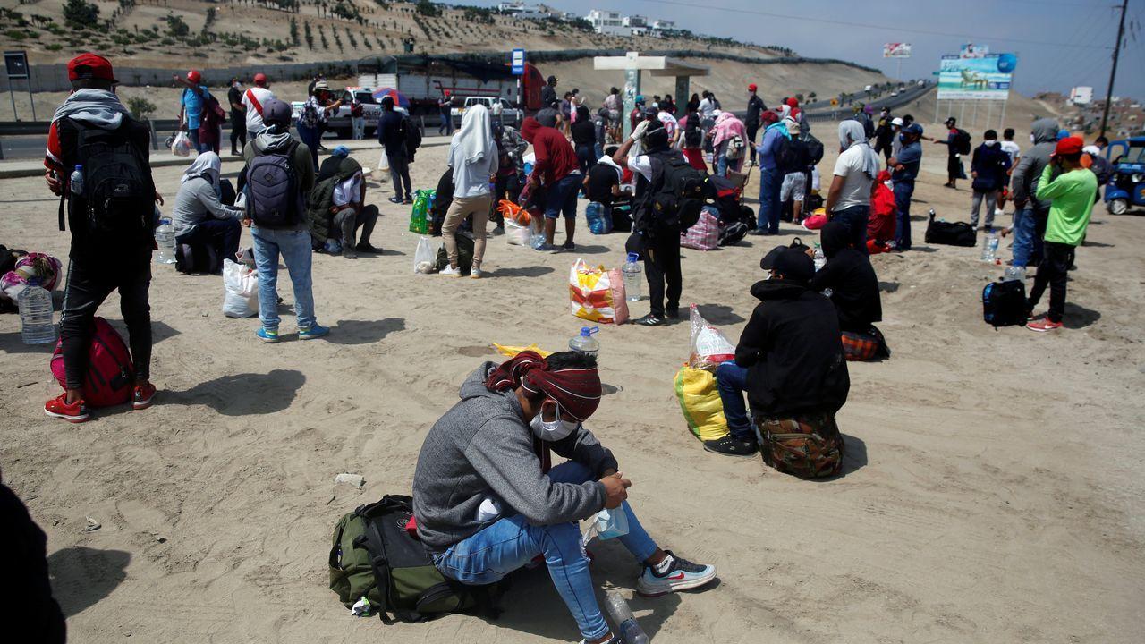 Peruanos esperan para tomar autobuses que los lleven fuera de la ciudad de Lima