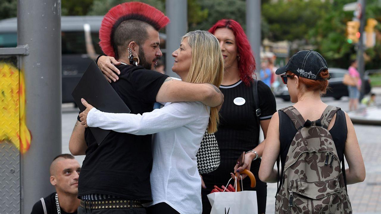 La portavoz del sindicato de trabajadoras sexuales, Concha Borrell saluda a otros miembros del mismo antes de comenzar la rueda de prensa ofrecida en Barcelona.