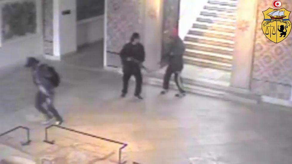 Túnez publica las imágenes de los terroristas en el Museo Bardo.Los terroristas dejan marchar a un joven, el supuesto tercer terrorista.
