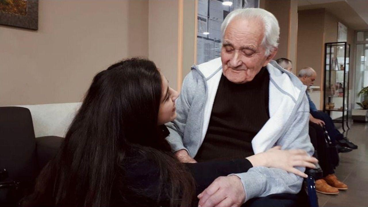 Iris Cisneros, con su abuelo, Roberto García Otero, la última vez que estuvieron juntos.