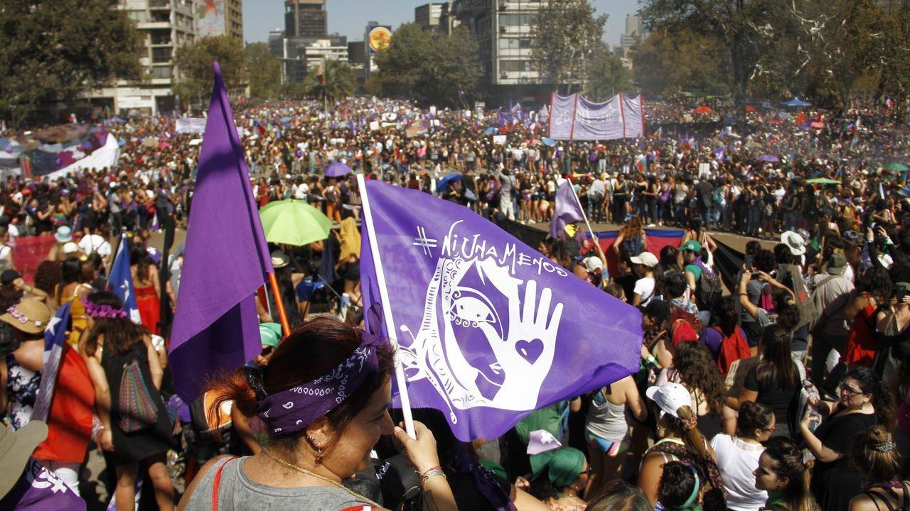 Un grupo de pasajeros consulta los vuelos en el Aeropuerto de Asturias.El caso de Antonia Barra ha provocado numerosos movimientos de protesta en Chile entre los colectivos freministas