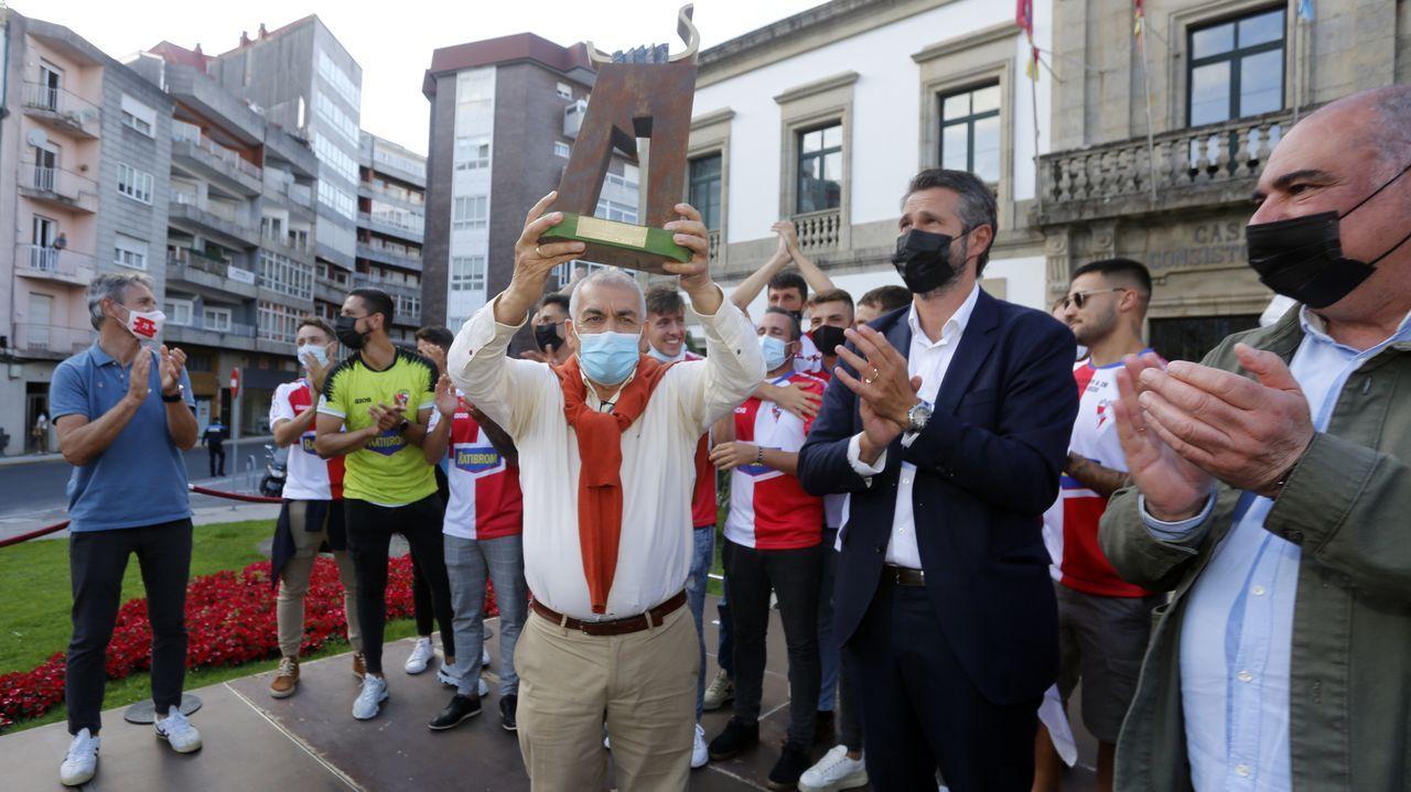Fiesta arlequinada en Ravella.Las colas en la oficina de Correos de Vilagarcía han sido constantes durante la pandemia