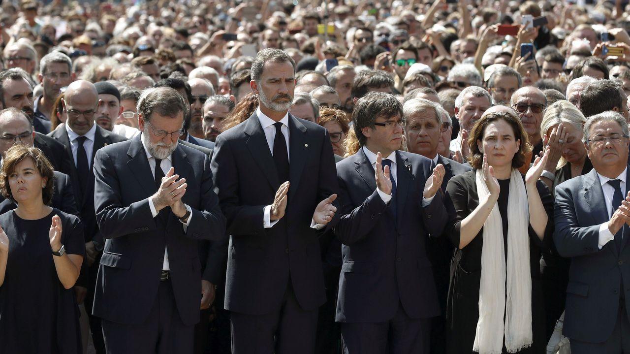 La Princesa de Asturias inaugura el mirador que lleva su título en los Lagos de Covadonga.Un grupo de independentistas ha colgado una pancarta en contra del rey en la fachada de un edificio de la plaza de Cataluña de Barcelona, donde se va a celebrar el acto central en recuerdo de las víctimas de los atentados del 17A.
